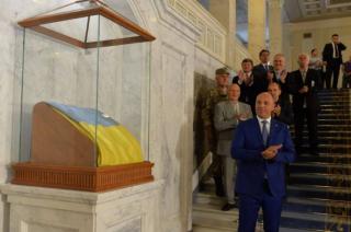 На стеклянную коробку с флагом в парламенте списали более миллиона гривен