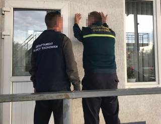 На Буковине таможенники за взятки пропустили в Украину 800 авто на еврономерах