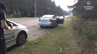 В Черкассах неадекватный водитель на глазах у полицейских начал есть землю