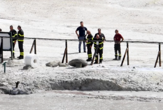В Италии во время экскурсии семья с ребенком упала в кратер вулкана