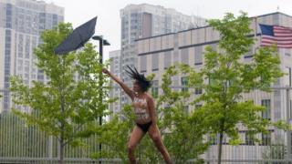 В Киеве активистка Femen призывала силы природы смыть Трампа в унитаз
