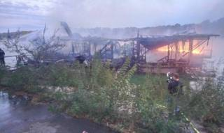 В Киеве ночью сгорел ресторан на воде. Пострадал охранник
