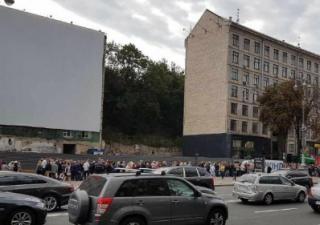 В центре Киева собралась невиданная очередь возле отделения банка