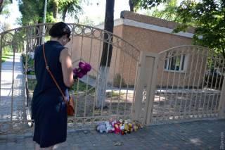 Всплыли обстоятельства, предшествовавшие пожару в Одессе. К месту трагедии люди несут цветы и игрушки