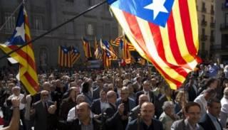 Накануне референдума о независимости на улицы Каталонии вышли более 700 мэров
