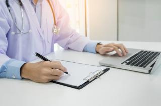 Медиков могут заставить «осматривать» пациентов по скайпу или телефону