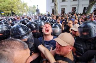 Под зданием мэрии Одессы митинг перерос в масштабные беспорядки. Депутаты перенесли сессию