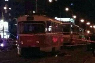 В Киеве трамвай сбил женщину с ребенком