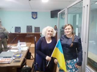 Экс-мэра Славянска Штепу отпустили под домашний арест. На радостях она кричала «Слава Украине» и пыталась петь гимн