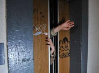 В херсонской многоэтажке оборвался лифт с детьми