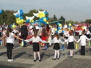 В центре Киева отметили День Мира, выпустив в небо белых голубей