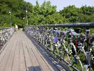 СМИ сообщают о попытке самоубийства на Мосту влюбленных в Киеве