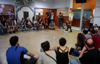 В Каталонии активисты занимают избирательные участки. На одном из них уже стреляли