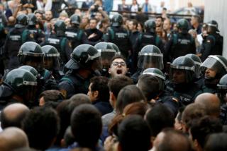 Референдум в Каталонии: полиция изымает урны, зафиксированы первые стычки