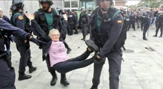 В ходе столкновений в Каталонии есть пострадавшие с обеих сторон. В Мадриде люди вышли в поддержку единой Испании