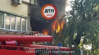 В Киеве между зданием Мининфраструктуры и больницей «Охматдет» произошел крупный пожар