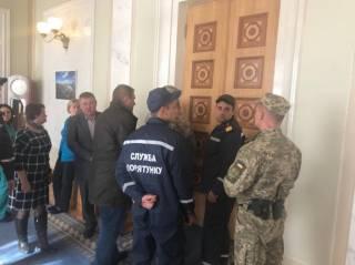 После голосования за судебную реформу в зале Верховной Рады запахло паленой резиной