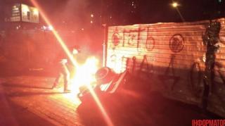 В Киеве разгромили автозаправку. В ход шли дымовые шашки и бутылки