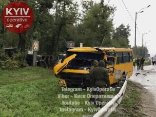 Под Киевом маршрутка протаранила автобус Национальной гвардии. Один военный погиб