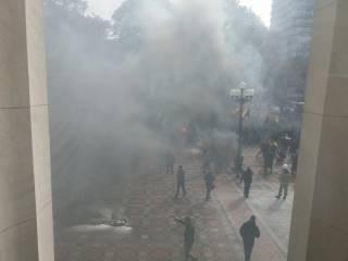 Порошенко вернул в парламент законопроект об особом статусе Донбасса. В центре Киева уже горят шины