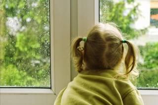 В Вышгороде шестилетняя девочка выпала из окна 18 этажа, выглядывая маму с работы