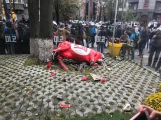 В центре Киева около 30 молодчиков устроили погром под офисом партии «5.10»