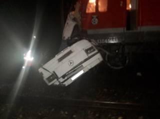 В России поезд протаранил заглохший на переезде автобус. Погибли 15 человек