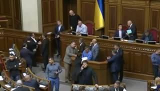 Депутаты от БПП «контрблокировали» трибуну и стремительно приняли законопроект о реинтеграции ОРДЛО за основу