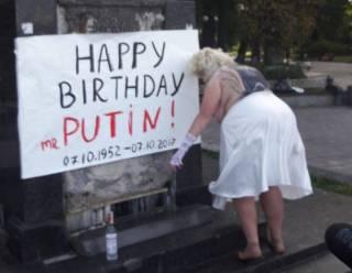 Активистка Femen поздравила Путина с днем рождения в образе сильно располневшей Мэрилин Монро