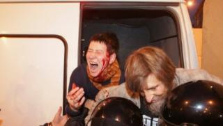 В Москве противников Путина разогнал ОМОН, а в Берлине российский президент стал героем «кровавого» граффити