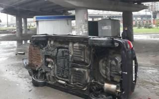 В Киеве автомобиль с ребенком внутри рухнул с моста