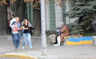 Нищенка, которая годами просит милостыню в центре Киева, ездит «с работы» на такси