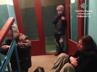 В Ровно в стельку пьяная женщина заснула в подъезде рядом со своими заплаканными детьми