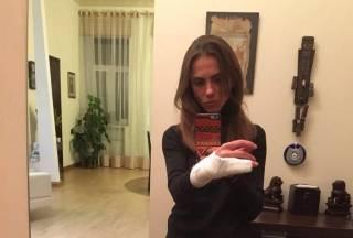 В Киеве полицейский сломал руку девушке, которая отказалась предъявлять документы