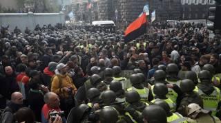 В ходе «мирной» акции протеста под Радой пострадали уже четыре человека. Проезд по Грушевского перекрыли палатками