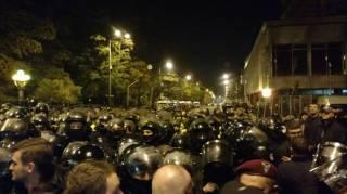 Ночью под ВРУ начались столкновения полиции и митингующих, которые повалили забор и срывали каски