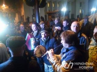 Активисты установили под стенами Рады более 60 палаток и всю ночь пели песни под баян