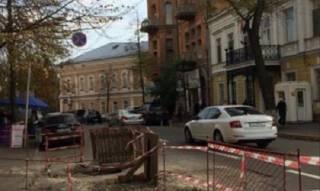 В Киеве возле посольства Польши провалился асфальт