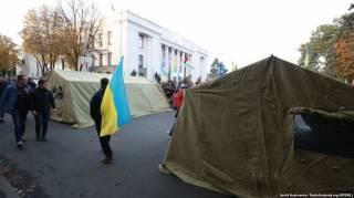 В центре Киева относительно спокойно, но, если верить слухам, нардепы пользуются подземными ходами и маскируются с помощью париков