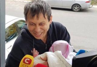 Похищенного в Киеве младенца вернули родителям, а у похитителей нашли тубус от противотанковой ракеты
