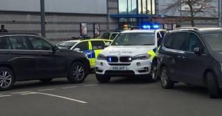 В британском городе Нанитон мужчина взял в заложники посетителей развлекательного центра