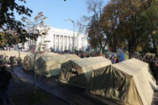 Конфликт под стенами ВРУ: «провокатора» избил депутат и скрутила полиция