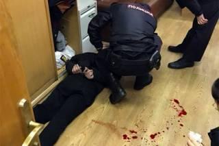 Неизвестный ворвался в редакцию «Эха Москвы» и полоснул ножом по горлу замглавреда