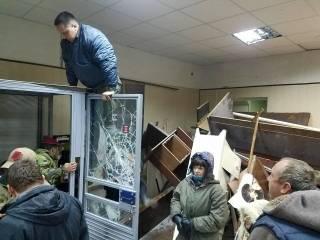 Националисты разгромили здание Святошинского суда в Киеве