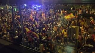 Мадрид взял на себя управление правительством и полицией Каталонии. В Барселоне митингующие напали на местную радиостанцию