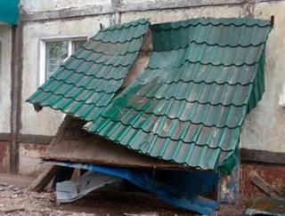На Днепропетровщине под обвалившимся козырьком подъезда погиб подросток