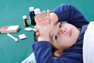 В Минздраве назвали препараты, которые не стоит давать детям при гриппе и простуде