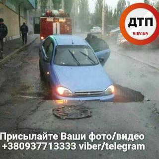 В Киеве автомобиль ушел под землю из-за провалившегося асфальта