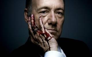 На фоне обвинений главного героя «Карточного домика» в педофилии продюсеры заявили о завершении сериала
