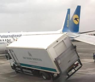 В «Борисполе» произошло ЧП: грузовик врезался в самолет